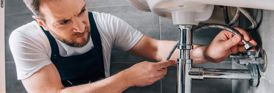 un plombier qualifié